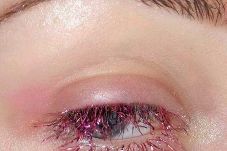 Rzęsy jak anielskie włosy. Czy tinsel lashes to nowy trend beauty?