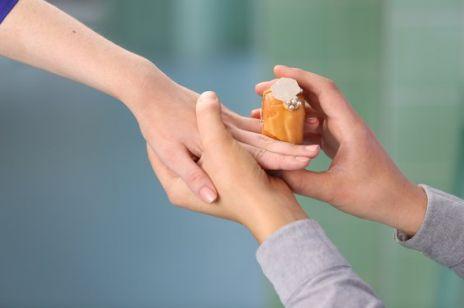 Powstały pączki-obrączki zaręczynowe, które można zjeść