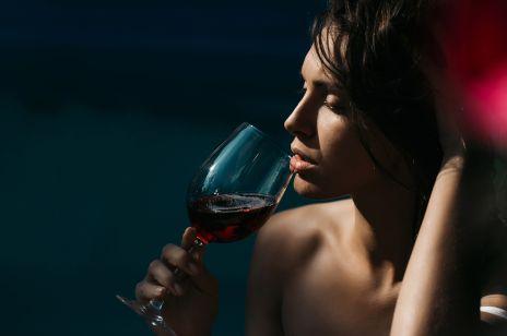 Picie czerwonego wina dobrze wpływa na zęby? Naukowcy to potwierdzają!