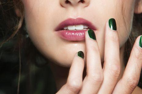 Manicure winylowy. Na czym polega ten sposób na modne paznokcie?