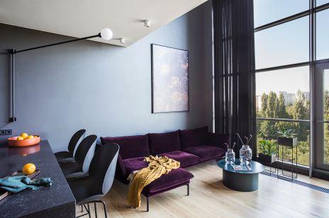 Wnętrze tygodnia:  czerń, fiolet, kręte schody i bujne rośliny - zaglądamy do warszawskiego mieszkania reżyserki.