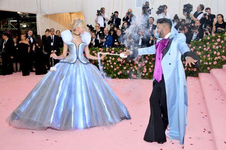 Met Gala 2019: Zendaya wyglądała jak Kopciuszek? Suknia gwiazdy świeciła w ciemności!