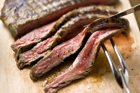 Aż 43 proc. Polaków deklaruje, że nie je lub stara się ograniczać mięso
