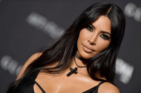 Ta fryzura była modna w latach 90. Uwielbia ją teraz Kim Kardashian West