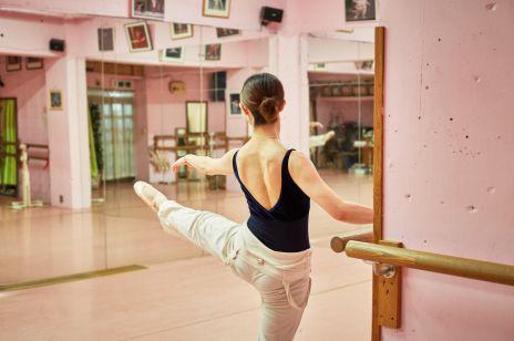 Balet działa na sylwetkę lepiej niż siłownia. Nigdy nie jest za późno, by zacząć go ćwiczyć. Wysmukla, wydłuża przykurczone mięśnie i otwiera klatkę piersiową