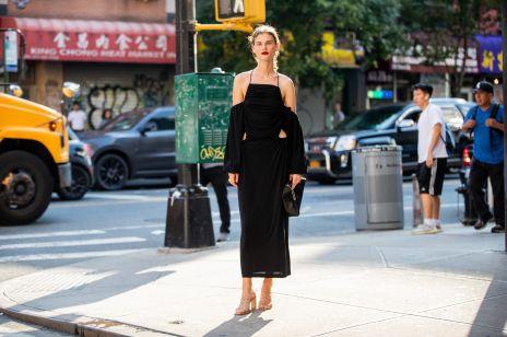 Czarna sukienka dla druhny. Ten trend płynie z Zachodu