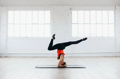 Treningi online bez wychodzenia z domu. Transmisje wideo z ćwiczeniami oferuje coraz więcej trenerów, szkół jogi, czy siłowni