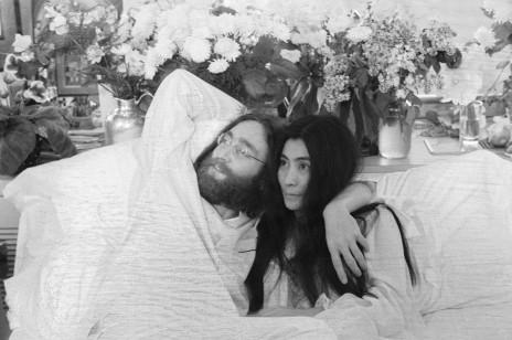 """""""Zostań w łóżku dla pokoju"""". Słynna akcja Johna Lennona i Yoko Ono dziś daje nam wiele do myślenia"""