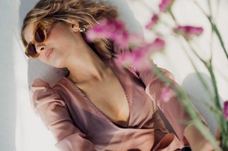 Sukienki w kwiatowe wzory i pastelowe bluzki z organzy - w nowej kolekcji Renee Design zakochają się wszystkie romantyczki