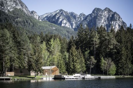Domek - chatka pływacka nad jeziorem w Południowym Tyrolu