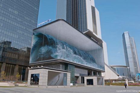 Gigantyczna fala rozbija się o szklane akwarium - koreańska instalacja zafascynowała przechodniów i internautów