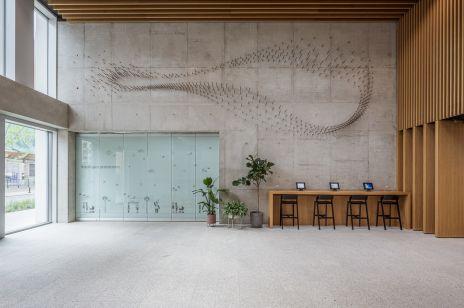 Stalowa instalacja we wrocławskim biurowcu