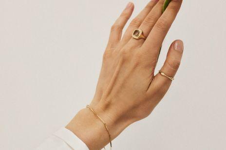 Ta obrączka będzie wyglądała jak pierścionek minimalistki. Znajdziecie ją w ofercie jednej z polskich marek biżuteryjnych