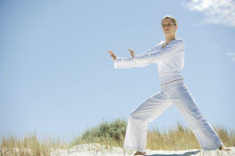 Treningi w duchu slow life: tai chi, slow jogging, qigong, joga, pilates, barre, TRE, animal flow, BODYART. Na czym polegają? Poznaj efekty tych ćwiczeń