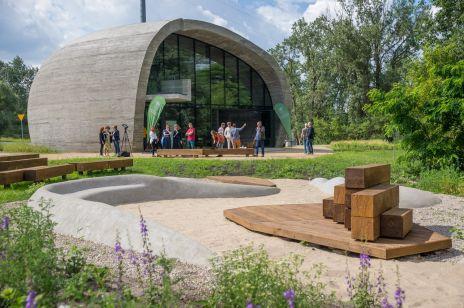"""Budynek jak olbrzymi głaz polodowcowy. Pawilon Edukacyjny  """"Kamień"""" w Warszawie już otwarty"""