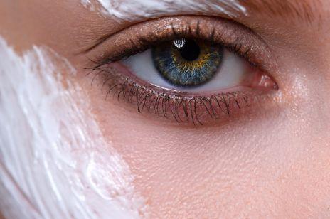 Ten żel skutecznie usuwa oznaki zmęczenia, redukuje opuchliznę i cienie pod oczami. Kosztuje tylko 10 zł i jest dostępny w popularnych drogeriach