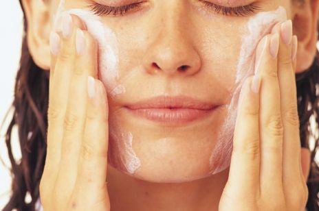 Jak prawidłowo myć twarz rano i wieczorem? Te 4 poważne błędy popełnia większość z nas
