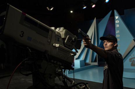 """Bartosz Bielenia zagra główną rolę w dramacie psychologicznym """"Prime Time"""". Wcieli się w terrorystę opętanego żądzą sławy"""