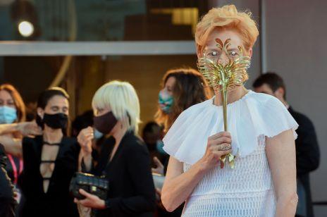 Tilda Swinton jak w weneckim karnawale. Gwiazda na Festiwalu Filmowym w Wenecji