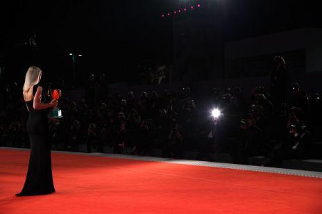 """Festiwal w Wenecji 2020: wyniki. Złoty Lew dla """"Nomadland"""" Chloé Zhao, film Szumowskiej i Englerta niestety bez nagrody"""