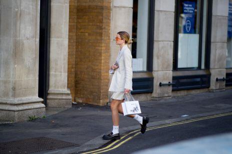 Street fashion: London Fashion Week wiosna-lato 2021. Najlepsze stylizacje z Tygodnia Mody w Londynie
