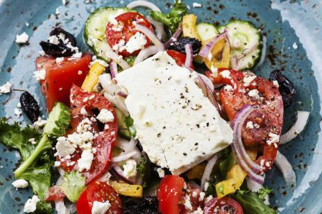 Sałatka z jarmużem, pomidorem i fetą. Prosty przepis na zdrowy lunch