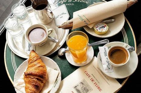 """Najpiękniejsze kawiarnie i bistra w Paryżu, które są hitem na instagramie. Jeden z lokali pojawił się nawet w serialu """"Emily in Paris"""""""