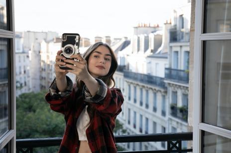"""Makijaż w stylu """"Emily in Paris"""". Jakich kosmetyków użyto na planie serialu Netflix?"""