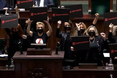 """Przerwane obrady Sejmu. Posłanki lewicy na mównicy: """"To jest wojna"""""""