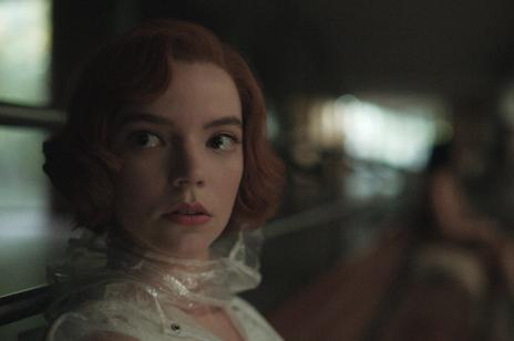 """""""Gambit królowej"""" to nowy serial Netflix, który trzeba zobaczyć. Wciągający i świetnie zagrany"""