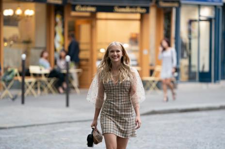 """Modna sukienka w kratkę w stylu Camille z """"Emily in Paris""""? Podobną kupicie w Mango za mniej niż 60 zł"""