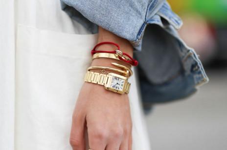 Czerwona bransoletka – czy przynosi szczęście? Jak nosić ten popularny talizman kabały?