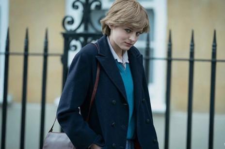 """""""Księżna Diana"""" w płaszczu z Mango. Model, który wybrała gwiazda """"The Crown"""", Emma Corrin, wciąż możecie kupić. Jest ponadczasowy"""