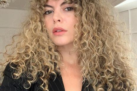 8 kosmetyków do kręconych włosów, które kochają curly girls. Likwidują puszenie i poprawiają skręt