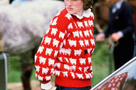 Popularna hiszpańska sieciówka odtworzyła słynny czerwony sweter w owce księżnej Diany. Kupicie go w zaskakująco niskiej cenie