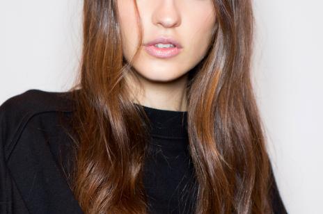Najskuteczniejsze szampony na porost włosów. 7 produktów, po których zobaczysz wysyp baby hair