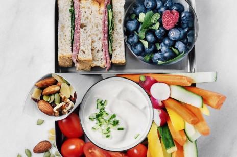 Lunchbox do pracy – 4 przepisy, które zrobisz w 10 minut. Proste, zdrowe i niedrogie