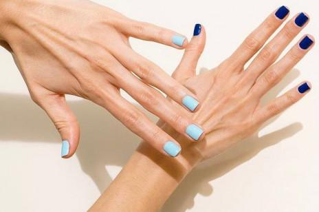 """Paznokcie """"two tone"""" są ostatnim hitem na instagramie. Na czym polega ten trend na modny manicure?"""
