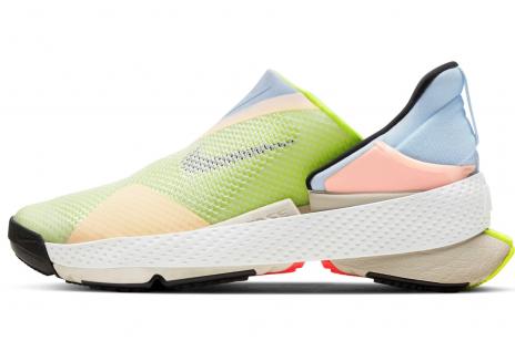 Te nowe sneakersy Nike założysz bez schylania się. Nie mają sznurowadeł czy rzepów i wyglądają jak z filmu science-fiction