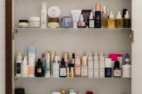 Tanie kremy pod oczy. 6 produktów, które działają równie dobrze, co te z wyższej półki cenowej
