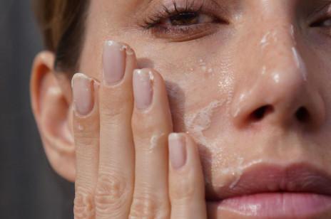"""Najlepsze kosmetyki anti-aging, które działają jak """"botoks w butelce"""". Widocznie wygładzają i liftingują skórę"""