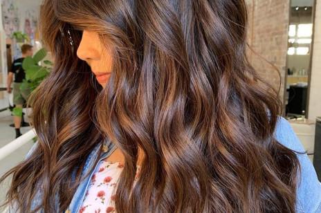 """Słyszałyście o koloryzacji """"cold brew""""? Włosy inspirowane kolorami kawy ponownie podbijają Instagram!"""