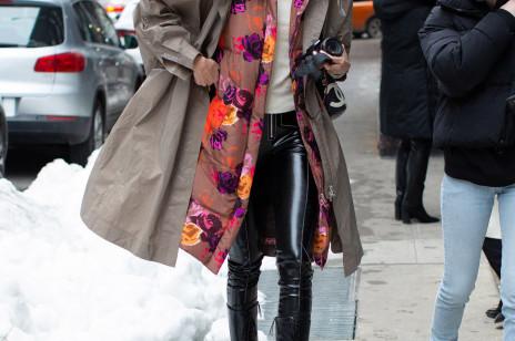 Jak noszą się teraz najbardziej stylowe dziewczyny z branży mody? Oto najmodniejsze stylizacje z ulic Nowego Jorku [street style NYFW jesień-zima 2021/2022]