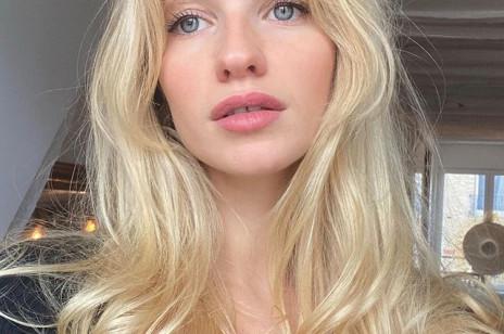 Najlepsze szampony do włosów blond niwelujące żółty odcień. Pomogą ci zatrzymać chłodny blask na długo