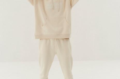 Minimalistyczne fasony w pastelowych barwach: poznajcie najnowszą kolekcję bluz, spodni i koszulek Sprandi