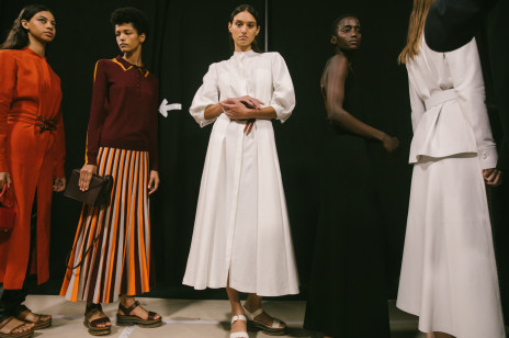 Modne sukienki, w których chcemy przywitać wiosnę. Te modele mają szansę stać się hitem nowego sezonu [trendy wiosna-lato 2021]
