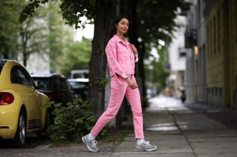 Te różowe jeansy z Zara są hitem na Instagramie i TikToku. Kosztują niewiele ponad 100 zł, a podobny model pokochała Kate Middleton