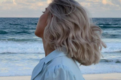 Popielaty blond – jak uzyskać? 5 modnych odcieni chłodnego blondu na wiosnę 2021