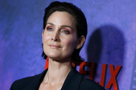 """Carrie-Anne Moss, gwiazda ,,Matrix"""" otrzymała rolę babci tuż po swoich 40. urodzinach. Jak wygląda życie aktorki w Hollywood po czterdziestce?"""