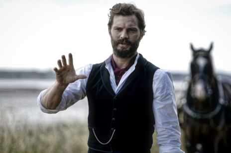 """Jamie Dornan zagrał w irlandzkim dramacie ,,Death and Nightingales"""". Zobaczcie zwiastun nowego miniserialu!"""